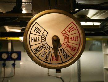 Kiel (SH), die MS Stadt Kiel ist ein 84 Jahre altes, funktionstüchtiges Museumsschiff mit historischer Technik, hier ein Detail: der Maschinentelegraph. Der im beginnenden 20. Jh. neuartige Dieselantrieb hat sich bis heute zur weltweit vorherrschenden Antriebstechnik für Schiffe entwickelt. © Thomas Thews