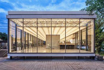 Duisburg (NW), Architekt Manfred Lehmbruck gestaltete die ikonische Glashalle des Lehmbruck Museums im Rückgriff auf Mies van der Rohes Stahlskelettbauweise als fließenden, von Licht durchdrungenen Raum. © Dejan Saric