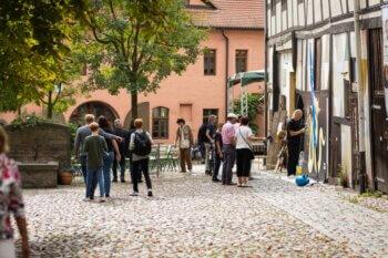 Kulturelles Rahmenprogramm lockte viele  Neugierige an – wie hier in den historischen Cranachhöfen